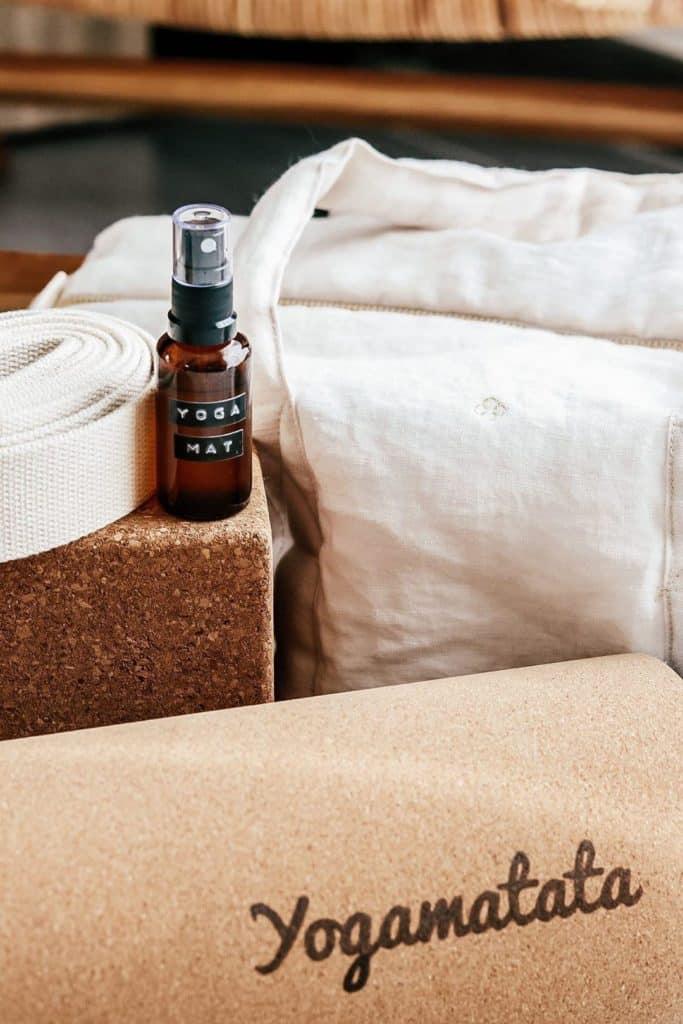 spray nettoyant désinfectant tapis de yoga nettoyer et laver son tapis de yoga écologique yogamatata vinaigre blanc huiles essentielles