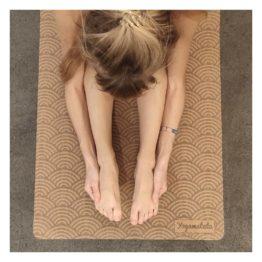 Comment bien débuter le yoga ? Voici un guide d'astuces et conseils pour les débutants en yoga ! Tapis de yoga yogamatata éco-reponsable en liège et caoutchouc naturel