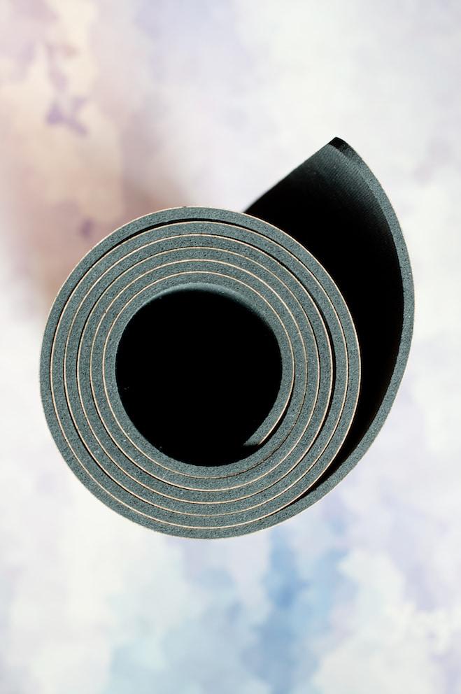 """Le tapis de yoga """"confort"""" (épaisseur 4mm) vu de profil, adapté à tous les niveaux ! En liège et caoutchouc naturel"""