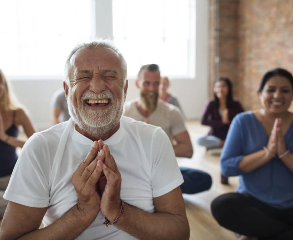 Les cours de yoga, c'est pour tout le monde. Bien entendu il y a des niveaux variés mais petits, grands, jeunes et moins jeunes, le yoga est ouvert à tous.