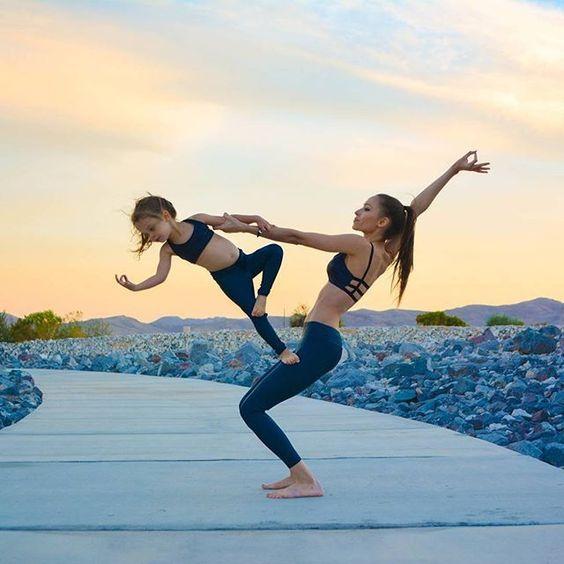 Acroyoga avec enfants - Acro yoga with children - Activités en famille, une belle idée de sport mère et fille ! #acroyoga #yoga