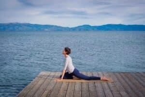 Etirements de yoga sur un tapis de yoga yogamatata en liège et caoutchouc naturel ! #yogamatata #tapisdeyoga #yoga #corkyogamat #etirements