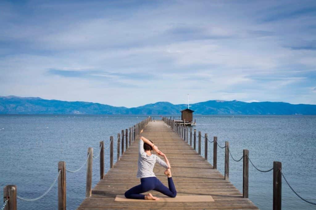 Posture de la sirène sur un tapis de yoga yogamatata en liège et caoutchouc naturel ! #yogamatata #tapisdeyoga #yoga #corkyogamat #ustrasana