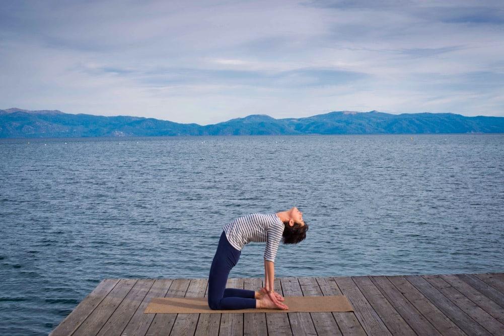 Posture du chameau (ustrasana) sur un tapis de yoga yogamatata en liège et caoutchouc naturel ! #yogamatata #tapisdeyoga #yoga #corkyogamat #ustrasana