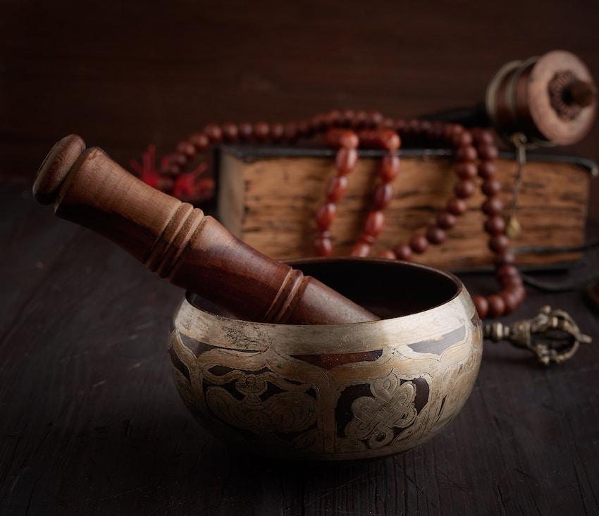 un bol tibétain et son maillet